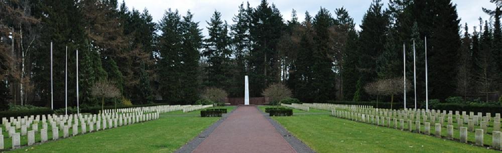 Каждая семья в голландской деревне купила по букету на кладбище советским солдатам